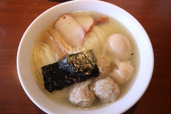 西原町「支那そば かでかる」特製味玉Sioわんたんめん(1200円)