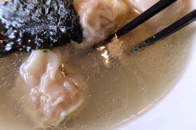 西原町「支那そば かでかる」特製味玉Sioわんたんめん(1200円)のスープ
