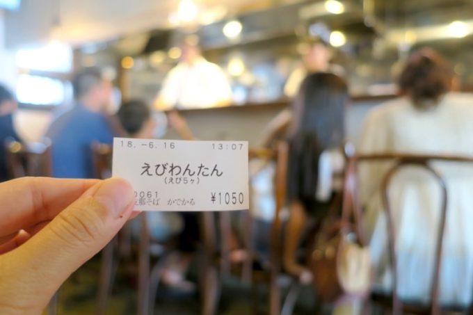 西原町「支那そば かでかる」の食券と店内の雰囲気。