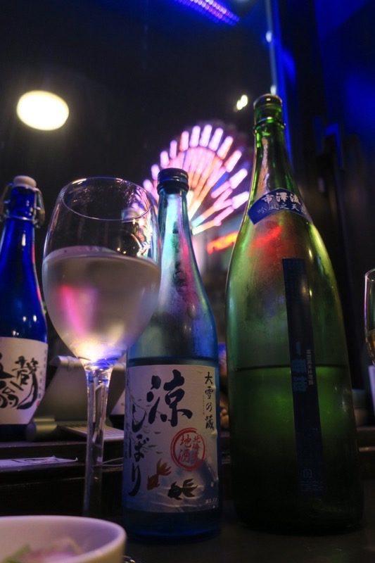 札幌・すすきの「北海道産酒BAR かま田」は8階にあるので、ススキノの夜景も楽しめる。