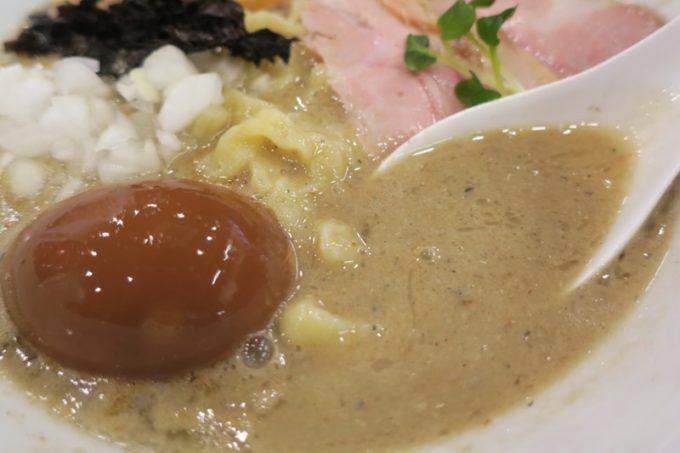 宜野湾「ラブメン本店」背脂煮干しラーメンはセメント色のスープが特徴。