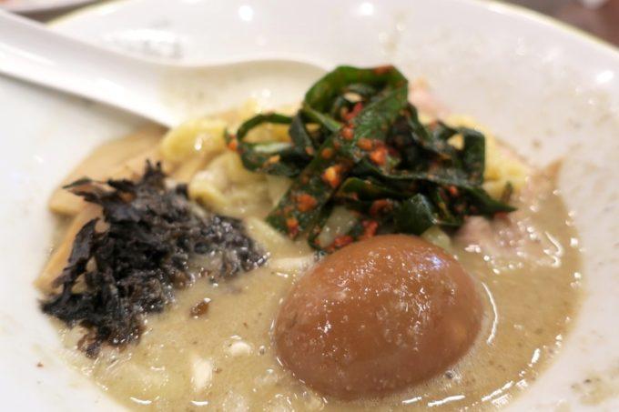 宜野湾「ラブメン本店」背脂煮干しラーメンのトッピングが色々乗せられている。