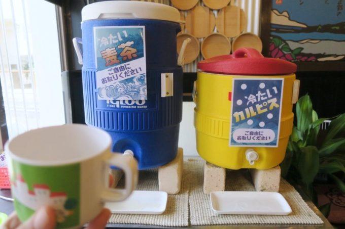 宜野湾「ラブメン本店」では麦茶とカルピスをいただける。