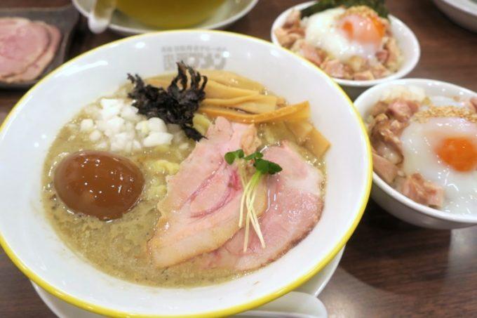 宜野湾「ラブメン本店」特濃煮干しラーメン(800円)と、スペシャル330(サービス)。