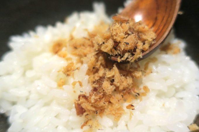 札幌・すすきの「旬菜鮮魚 味和久(みわく)」で白米を注文したら、鮭フレークをサービスしていただいた。