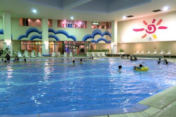 「リザンシーパークホテル谷茶ベイ」のインドアプール(温水プール)は年中楽しめる。