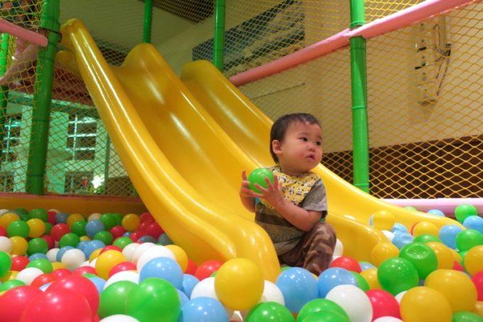 「リザンシーパークホテル谷茶ベイ」のこども広場にあるボールプールで遊ぶ。