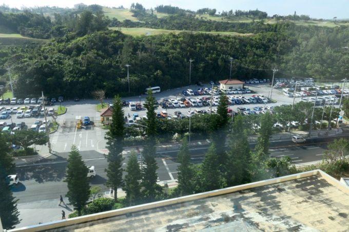 「リザンシーパークホテル谷茶ベイ」の駐車場は道路を挟んだ向かい側にある。