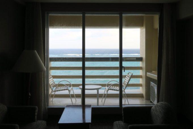 朝、7時過ぎ。「リザンシーパークホテル谷茶ベイ」の窓から見える沖縄の美しい海。