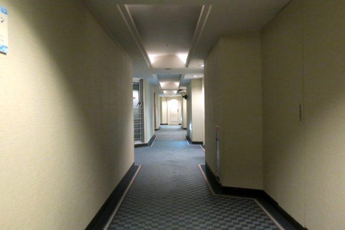 客室へ向かって廊下を進む。
