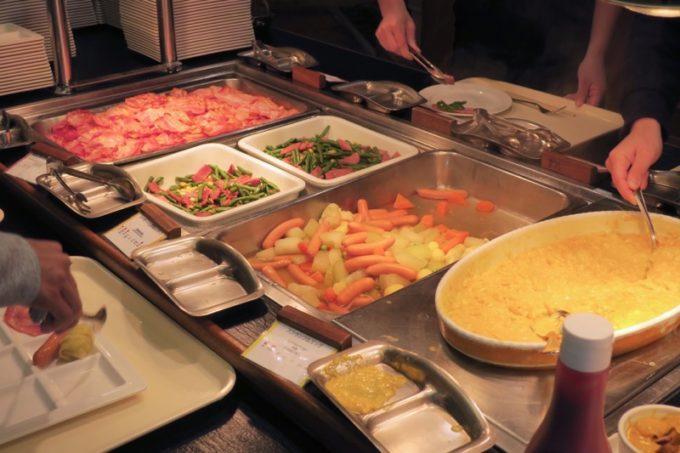 「リザンシーパークホテル谷茶ベイ」のレストラン谷茶ベイの朝食ブッフェの様子(その3)。