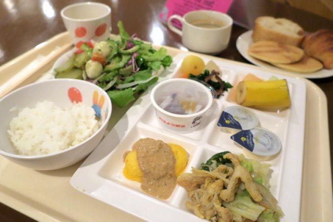 「リザンシーパークホテル谷茶ベイ」のレストラン谷茶ベイの朝食ブッフェで取り分けた朝ごはん。