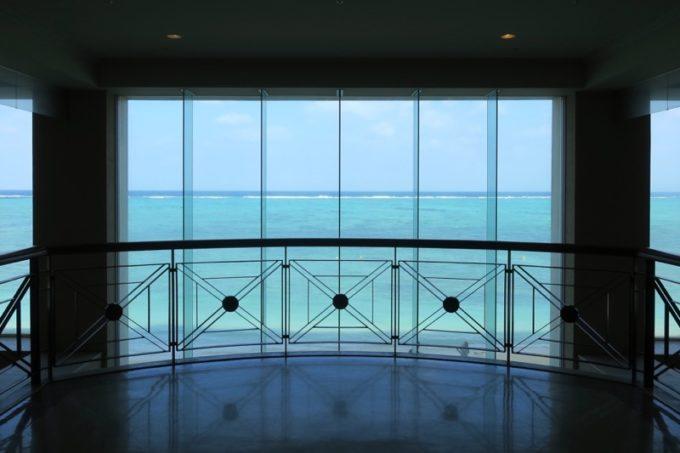 「リザンシーパークホテル谷茶ベイ」に到着すると、ロビーの奥に見える美しい海が印象的。