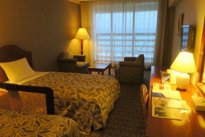 「リザンシーパークホテル谷茶ベイ」9階のオーシャンビュースタンダードツインの室内。