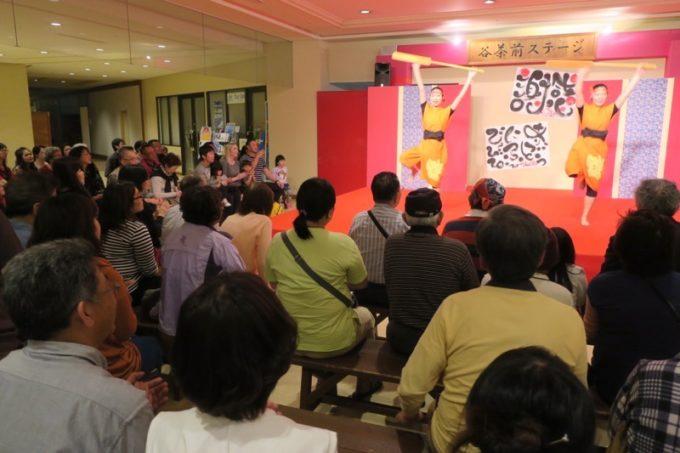 リザンスタッフによるエイサーや琉球舞踊を見に集まった人たち(その1)
