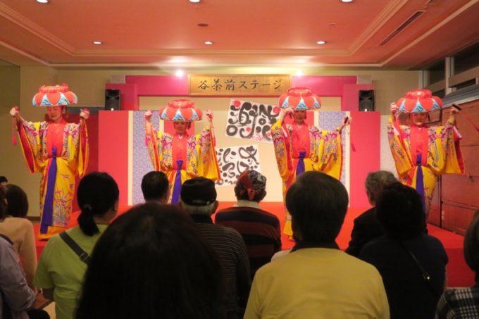 リザンスタッフによるエイサーや琉球舞踊を見に集まった人たち(その2)
