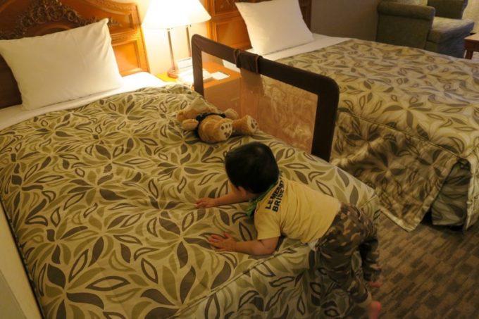 ベッドサイズは横幅110cm、縦幅200cmのワイドシングル。ベッドガードもつけてもらえた。
