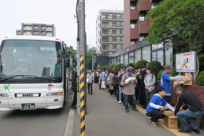 「SAPPORO CRAFT BEER FOREST 2018」へ向かう無料直行バスに並ぶ。