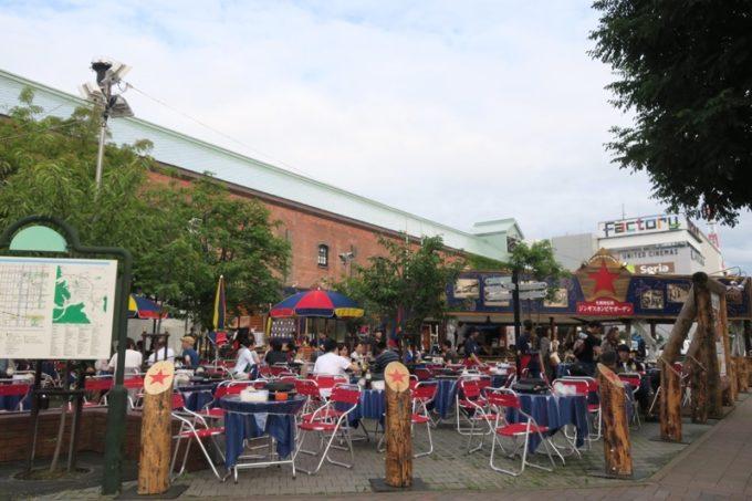 サッポロファクトリーの外にある「札幌開拓使ジンギスカンビヤガーデン」は期間限定。ジンギスカンの食べ放題がある。