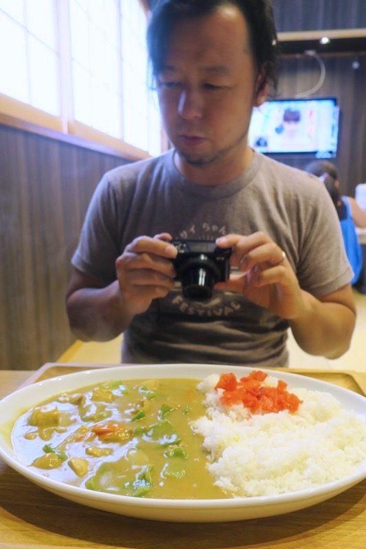 沖縄市「麺家しゅんたく」の黄色いカレー(680円)