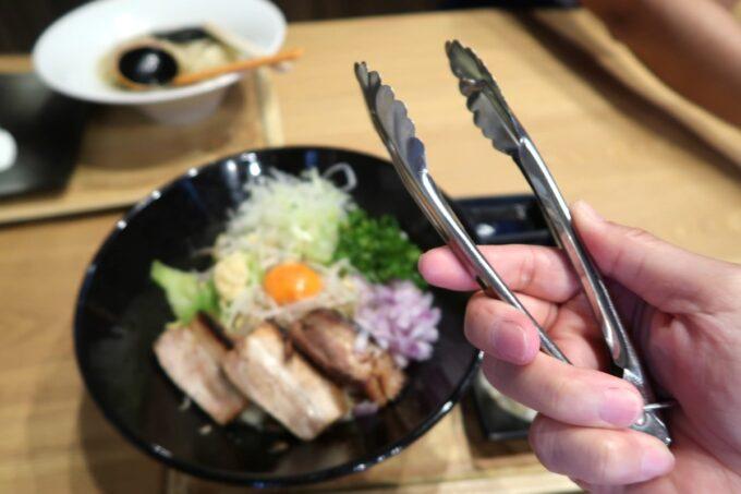 沖縄市「麺家しゅんたく」油そばにはトングがついてくる