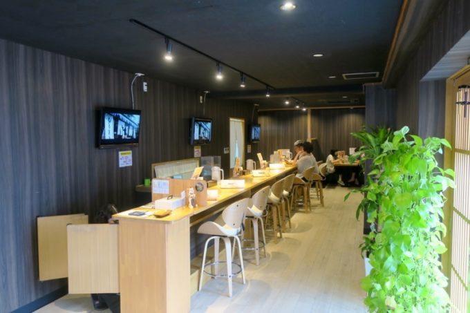 沖縄市「麺家しゅんたく」の店内(カウンター席とテーブル席)
