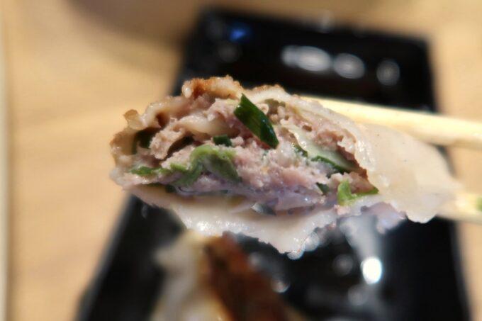 沖縄市「麺家しゅんたく」焼きギョーザ(3個、220円)は肉と香味野菜がたっぷり