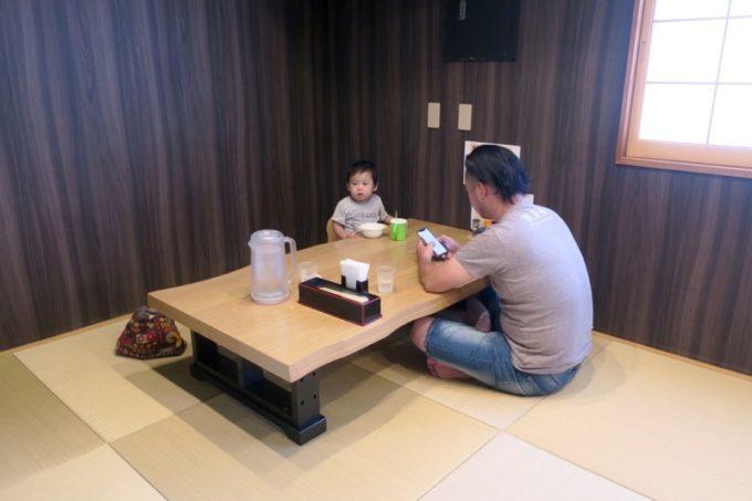 沖縄市「麺家しゅんたく」の店内(小上がり席)