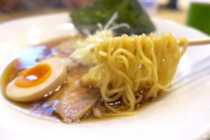 沖縄市「麺家しゅんたく」の麺はスープによって使い分けている。醤油は多加水のコシあり麺。
