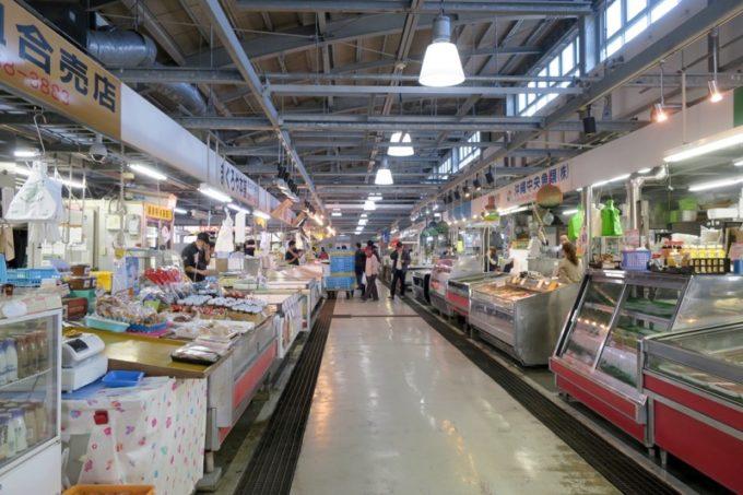 生鮮市場「泊いゆまち」の建物内部。