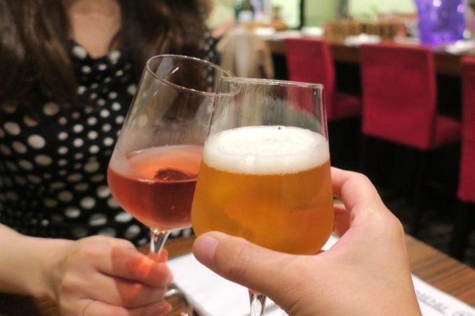 札幌・すすきの「オステリア大和亭」でエビスビール(瓶、750円)とロゼのグラスで乾杯。