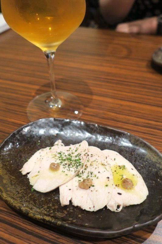 札幌・すすきの「オステリア大和亭」のお通しはしっとりの鶏ハムでした。