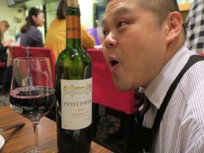 札幌・すすきの「オステリア大和亭」で赤ワインを飲もうとすると、大和さんが絡んでくれる。