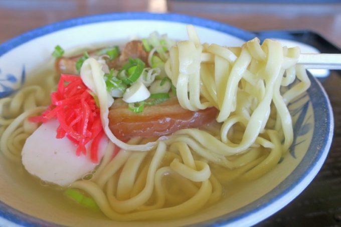 沖縄本島北部・本部町「チャンプルー食堂」の沖縄そばは、すっきり塩味のスープに、沖縄本島北部らしい平打ち麺がおいしい。