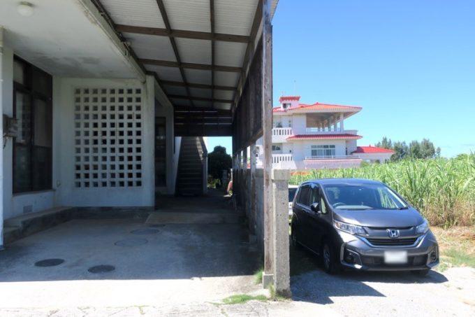 沖縄本島北部・本部町「チャンプルー食堂」の駐車スペース。