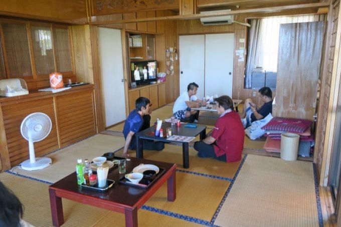 沖縄本島北部・本部町「チャンプルー食堂」の店内。テラス席も利用できる。