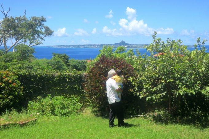 沖縄本島北部・本部町「チャンプルー食堂」で出会った地元のおじいが、お子サマーと遊んでくれた。