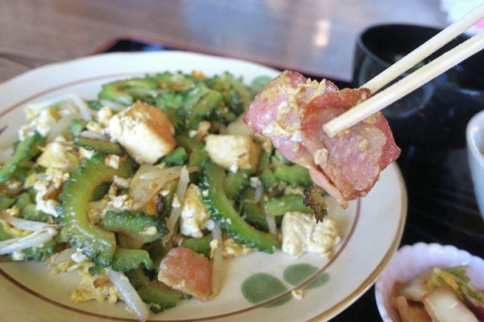 沖縄本島北部・本部町「チャンプルー食堂」ゴーチャーチャンプルーにベーコンが入ってて驚き&ウマい!
