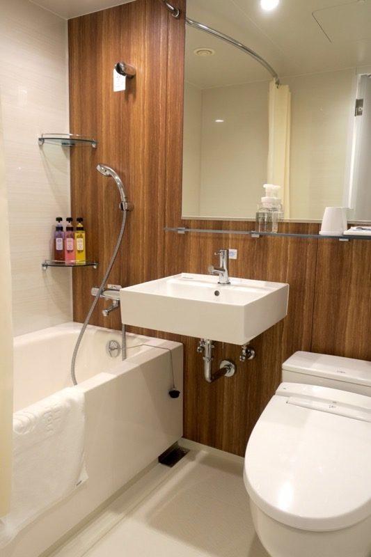 「コンフォートホテル札幌すすきの」ツインスタンダードのお風呂とトイレ。