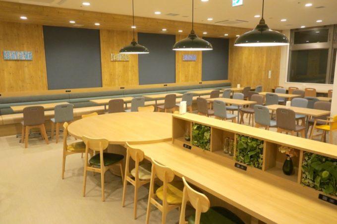 「コンフォートホテル札幌すすきの」の広々とした朝食コーナー。