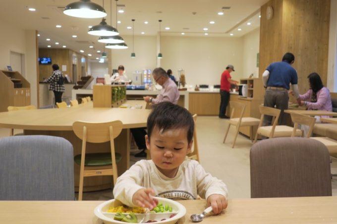 「コンフォートホテル札幌すすきの」で朝食を食べるこども。