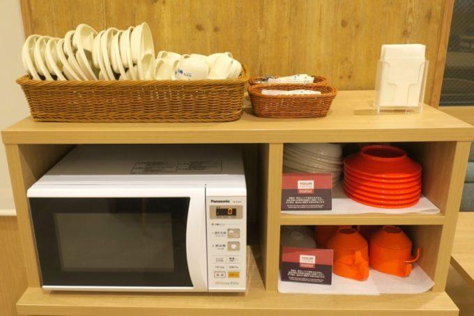 「コンフォートホテル札幌すすきの」の朝食会場にはレンジがあるので、コンビニで買って来た牛乳を哺乳瓶に移し変えて温めることができる。