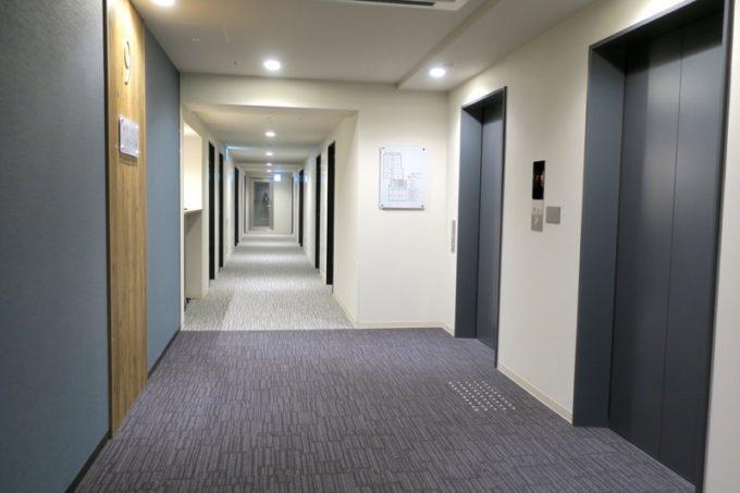 「コンフォートホテル札幌すすきの」宿泊階のエレベーターホールl。