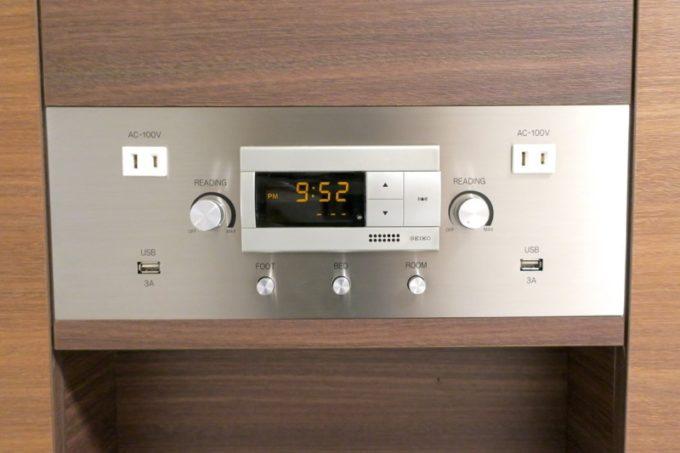 「コンフォートホテル札幌すすきの」の枕元の時計がシンプルで、コンセントとUSB充電もあり、使いやすかった。