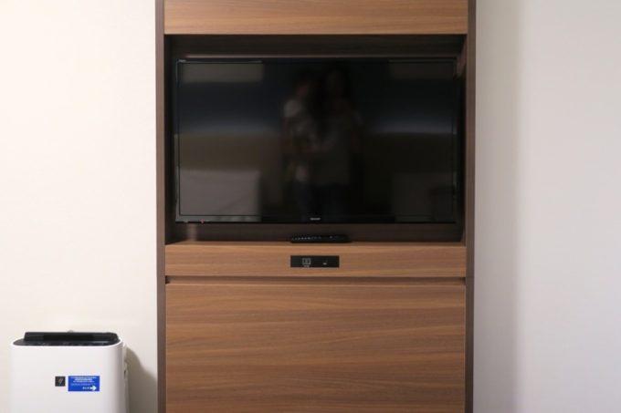「コンフォートホテル札幌すすきの」客室のテレビは薄型で壁に設置されている。