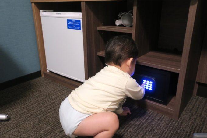 「コンフォートホテル札幌すすきの」客室設備(冷蔵庫、ミニ金庫、グラスなど)