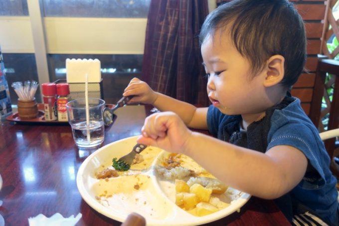 本部町「ドライブインレストランハワイ」でお子様カレーを食べるお子サマー。