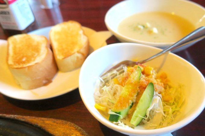 本部町「ドライブインレストランハワイ」サービスステーキについてきたサラダ・パン・スープ。