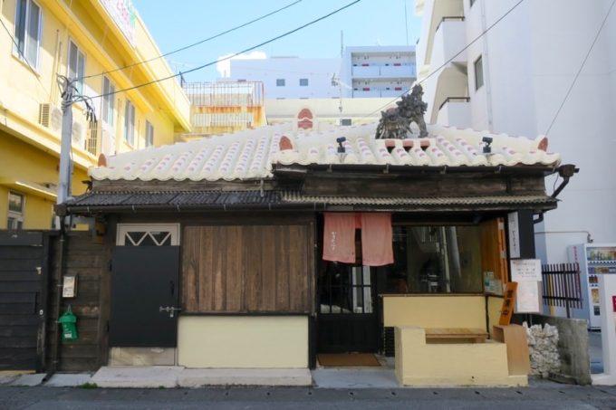 那覇・前島の沖縄そば店「いしぐふー前島店」の外観。