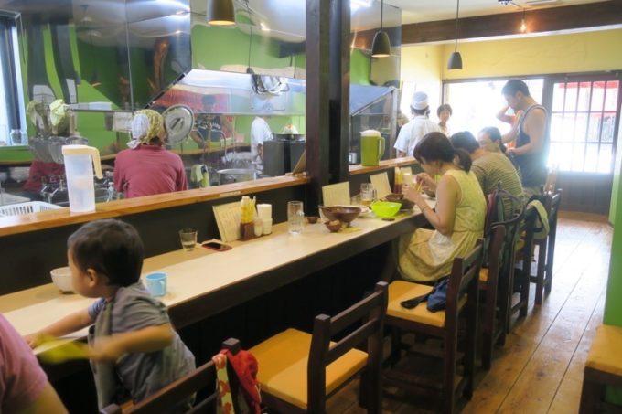 那覇・前島「いしぐふー前島店」の店内はカウンターに8席とテーブル席が1つだけ。